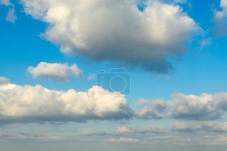 Weiße Wolken am blauen Herbsthimmel