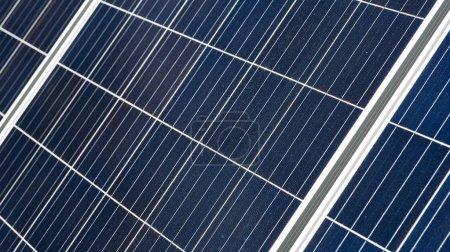 Foto de Superficie celular del panel de agua caliente solar como fondo abstracto para el tema de fuente de energía limpia - Imagen libre de derechos