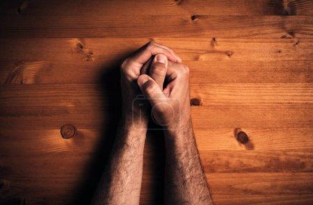 Photo pour Prier les mains, vue du dessus concept religieux - image libre de droit