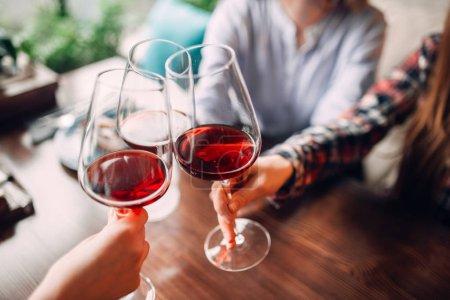 Foto de Retrato de tres amigas bebiendo vino tinto, las mujeres jóvenes celebrando en café - Imagen libre de derechos