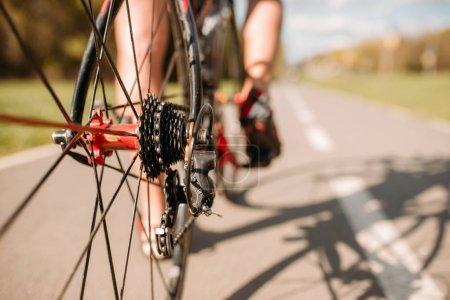 Photo pour Cycliste masculin en vêtements de sport vélo d'équitation - image libre de droit