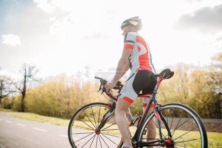 Photo pour Cycliste masculin en casque et vêtements de sport vélo d'équitation - image libre de droit