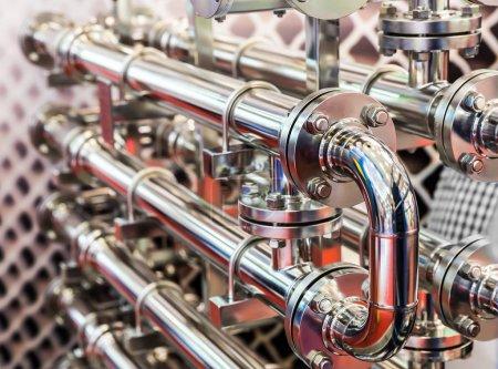 Photo pour Canalisations d'eau en acier, raccords métalliques, gros plan. Technologie d'ingénierie de plomberie fiable - image libre de droit