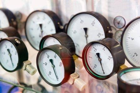 Manometers and pressure control gauges, plumbing equipment. Measure devices