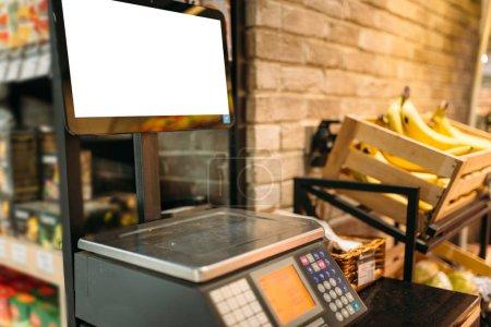 Photo pour Balance électronique en magasin alimentaire. Mesure de produit, contrôle de pesée - image libre de droit