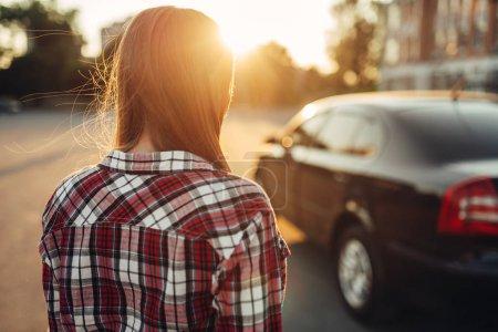 Photo pour Jeune femme joyeuse conducteur posant contre une voiture. Femme et véhicule, concept de conduite automobile - image libre de droit