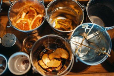 Photo pour Seaux avec boissons closeup, vue de dessus. Préparation de boissons alcoolisées, barman - image libre de droit