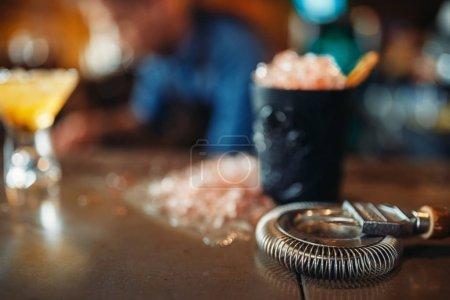 Photo pour Noir verre avec de la glace, cristaux froids sur bar comptoir closeup, personne. Rafraîchissant de boisson alcoolisée, - image libre de droit