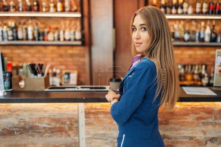 Photo pour Hôtesse de l'air boit du café au bar comptoir au café de l'aéroport. Hôtesse de l'air avec des bagages, de bord avec bagages à main, aviatransportations travail - image libre de droit