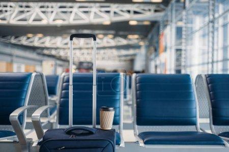 Foto de Fila de asientos y equipaje de mano en el hall del aeropuerto, nadie. Equipaje en la zona de salida de la terminal aérea, concepto de viaje, transporte de vuelo - Imagen libre de derechos
