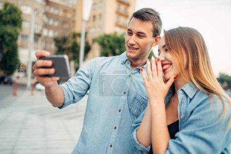 Photo pour Téléphone addiction, couple à la recherche sur l'écran du smartphone, social personnes accro, mode de vie moderne - image libre de droit