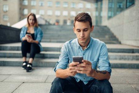 Photo pour Téléphone addiction, homme et femme à l'aide de gadgets, social personnes accro, mode de vie moderne - image libre de droit