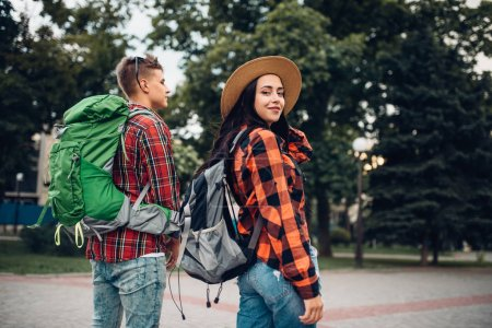 Randonneur avec sacs à dos, voyage dans la ville touristique. Randonnée de l'été. Randonnée aventure du jeune homme et femme