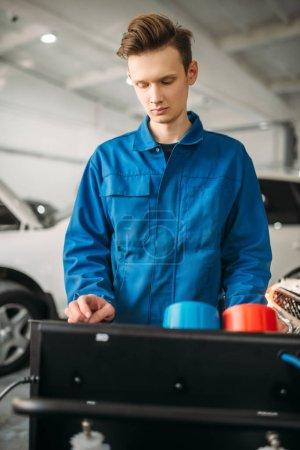 Photo pour Mécanicien est le système de diagnostic de la climatisation. Inspection de climatiseur dans la voiture de service - image libre de droit