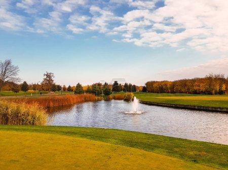 Photo pour Étang du parc automne, arbres au feuillage coloré. La forêt jaune et le lac, nature paysage en journée ensoleillée - image libre de droit
