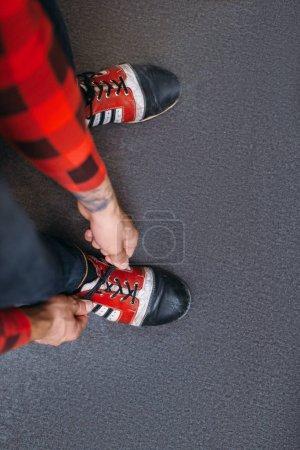 Photo pour Mâle bowler attache lacets sur chaussures de maison, vue de dessus. Bowling joueur de ruelle se prépare à la concurrence dans le club, loisirs actifs - image libre de droit