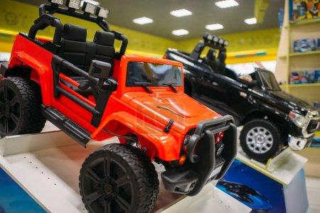 Photo pour Voiture électrique sur vitrine de magasin de jouets, personne. Boutique de jouets intérieur, moteur automobile pour enfants - image libre de droit