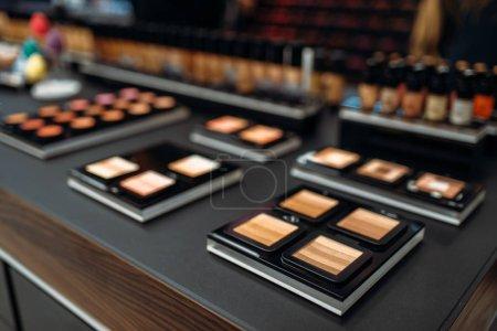 Photo pour Collection de poudres, vitrine en gros plan de salon de beauté, personne. Produits de maquillage en magasin, département cosmétique - image libre de droit