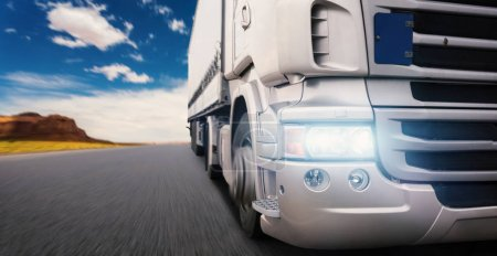 Photo pour Camion de fret excès de vitesse sur l'autoroute au coucher du soleil - image libre de droit