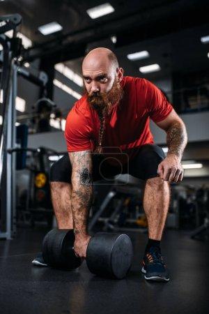 Photo pour Solide athlète avec haltère en action, la séance d'entraînement en gymnase. Barbu sportif sur la formation au club de sport, mode de vie sain - image libre de droit