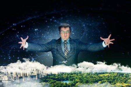 Photo pour Puissant homme d'affaires en costume tient sa main sur le modèle de l'arrière-plan de la ville, noir. Homme d'affaires influent estime son plan d'affaires - image libre de droit