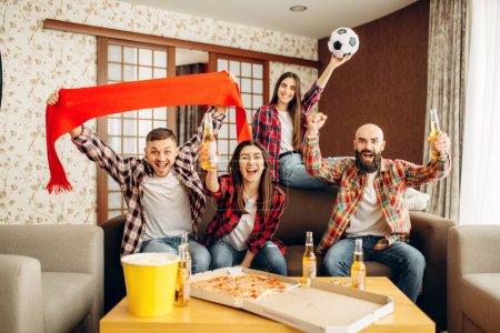 Photo pour Des amis souriants applaudissent leur équipe préférée, les fans de football. Groupe de personnes wathing tv diffusion à la maison. L'entreprise joyeuse célèbre l'objectif - image libre de droit