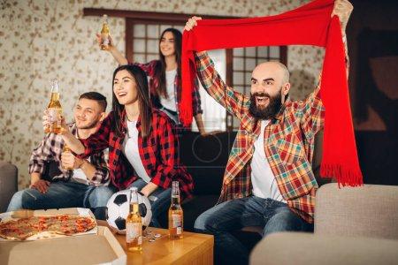 Photo pour Visualisées amis tv diffusée à domicile, fans de football. Groupe de gens Bravo pour leur équipe préférée, le match décisif. Compagnie gaie célèbrent but - image libre de droit