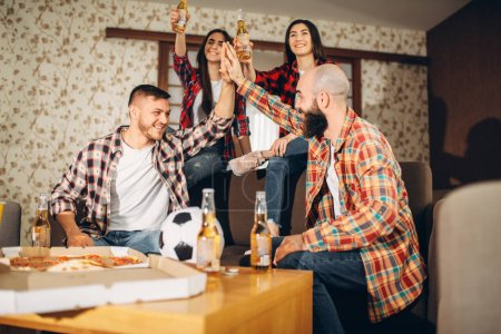 Photo pour Fans de football visualisées TV diffusée à la maison, les amis heureux pour la victoire. Groupe de personnes acclamer pour leur équipe préférée, match décisif. Entreprise joyeuse célébrer l'objectif - image libre de droit