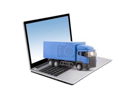 Photo pour Camion bleu sur ordinateur portable isolé sur fond blanc - image libre de droit