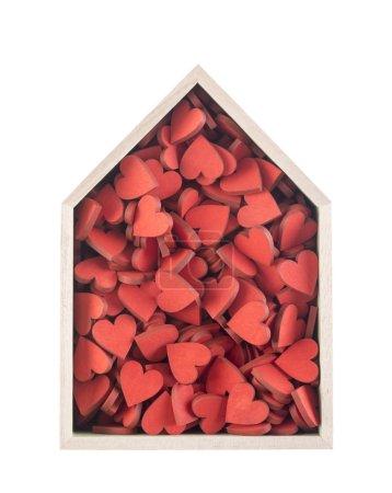 Photo pour Maison complète du concept de l'amour. Maison en bois avec beaucoup de cœurs rouge isolé sur fond blanc - image libre de droit