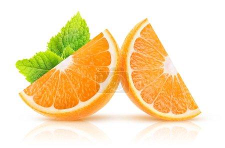 Photo pour Tranches d'orange isolés. Deux morceaux de fruits orange avec feuille de menthe isolé sur fond blanc avec un tracé de détourage - image libre de droit