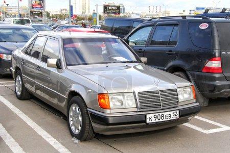 Photo pour Moscou - 29 septembre 2012: Voiture de moteur Mercedes-Benz W124 classe E dans la rue de la ville. - image libre de droit
