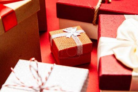 Photo pour Coffrets cadeaux sur fond rouge. - image libre de droit