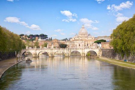 Photo pour Basilique de St. Pierre et pont Sant Angelo, Rome, Italie - image libre de droit