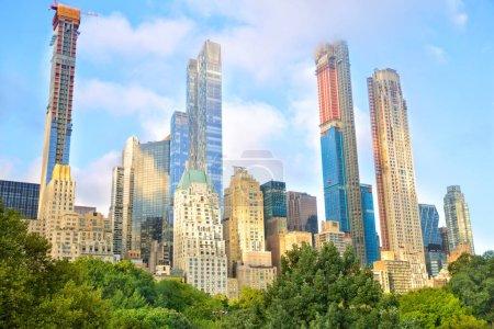 Photo pour Des gratte-ciel en pleine croissance à Central Park dans le centre-ville de Manhattan, New York - image libre de droit