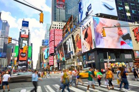 Photo pour NEW YORK CITY, NY, États-Unis - 15 SEPTEMBRE 2018 : La foule de Times Square et la circulation avec beaucoup de publicité animée de panneau d'affichage LED - image libre de droit