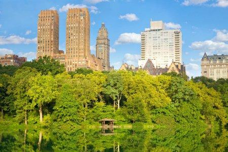 Photo pour Bâtiments de Central Park Lake et l'Upper West Side à New York City - image libre de droit
