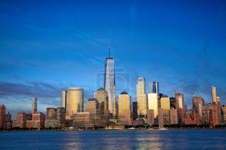 Photo pour Skyline de Manhattan de New York City avec des gratte-ciels modernes au crépuscule - image libre de droit