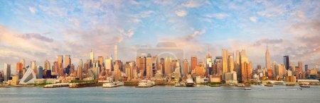 Photo pour New York Manhattan panorama panoramique au coucher du soleil sur le fleuve Hudson - image libre de droit