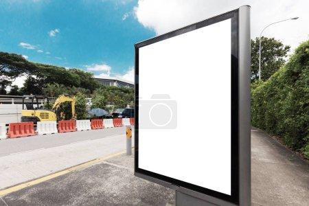 Photo pour Bus Station Billboard vide blanc isolé Clipping Path extérieur bleu ciel Ad espace annonce - image libre de droit