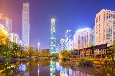 rue et gratte-ciels d'une ville moderne dans la nuit