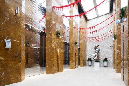 Photo pour Hall d'entrée du bureau- salle d'ascenseur . - image libre de droit