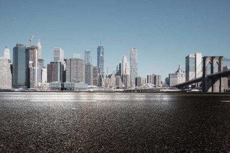 Photo pour Rue asphaltée avec ville moderne New York - image libre de droit