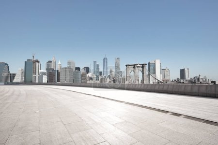 Photo pour Rue déserte avec ville moderne New York comme toile de fond - image libre de droit