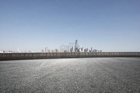 Photo pour Rue d'asphalte avec la ville moderne de New York - image libre de droit