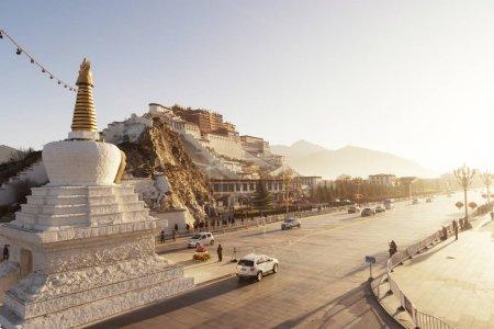 Photo pour Le Palais Potala et les pagodes dans la lueur du lever du soleil, Lhassa, Tibet - image libre de droit