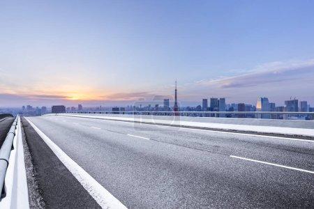 route asphaltée vide avec horizon de la ville au Japon