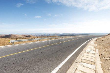 Photo pour Route vide avec vue sur la montagne - image libre de droit
