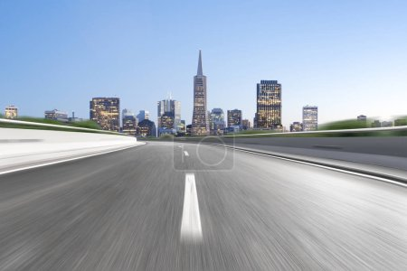 Photo pour Autoroute vide à travers la ville moderne - image libre de droit