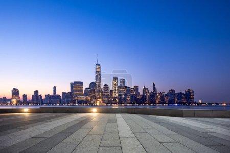 Photo pour Plancher vide avec cityscape moderne à New York - image libre de droit